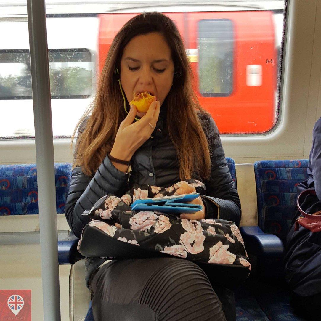 comendo no metro coxinha