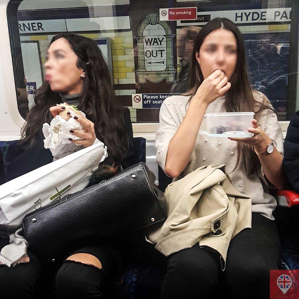 comendo no metro dupla