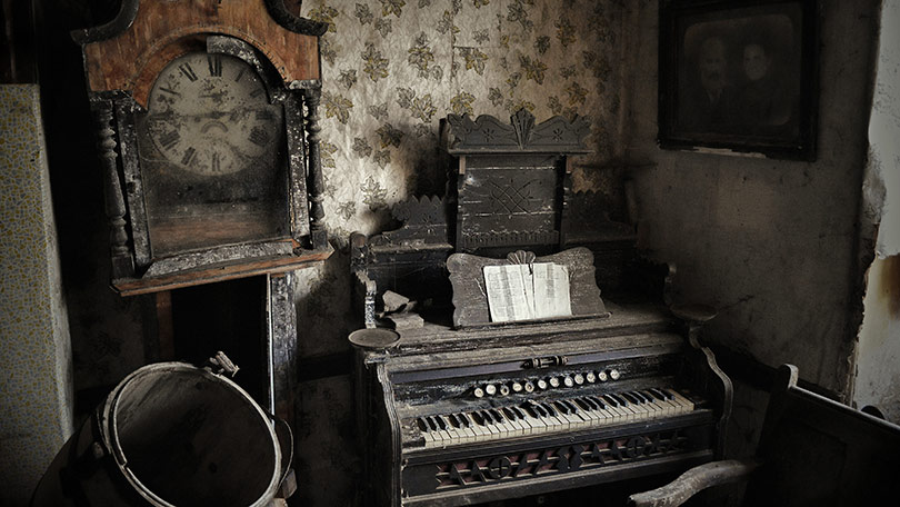 a-beautifully-preserved-organ-sits-next-to-a-dusty-clock-136396094586926905-141029154545