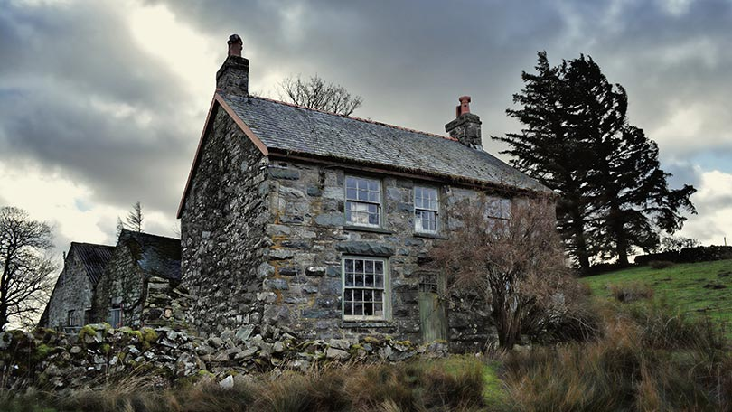 a-world-trapped-in-time-has-been-photographed-by-an-urban-explorer-who-found-an-abandoned-farmhouse-in-mid-wales-136396094586926901-141029154545