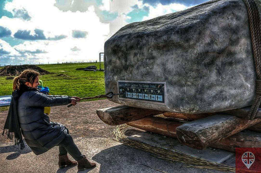 stonehenge-martinha-puxando-pedra
