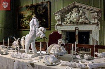 A arte de dobrar guardanapos de linho em várias formas, inclusive de animais, era moda no século XVI.