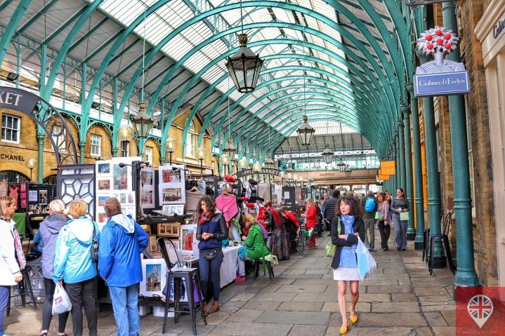 Em Covent Garden, as lojas de grife se misturam às barraquinhas de artesanato.