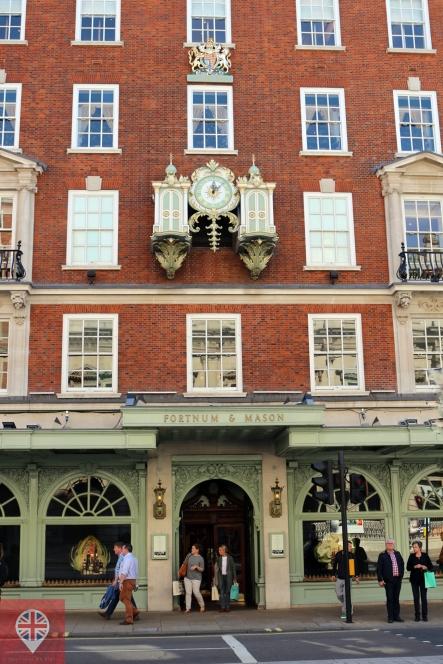 O símbolo em cima da janela, acima do relógio, é um Royal Warranty, e significa que o estabelecimento serve à Família Real!
