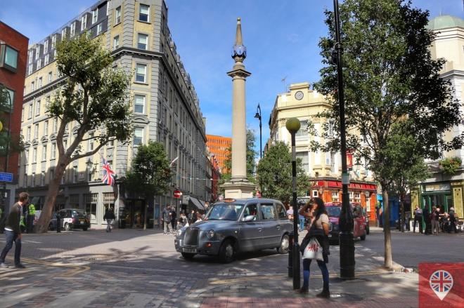 Seven Dials é a junção de sete ruas, em Covent Garden, partindo de uma pequena praça circular. O pilar no meio da praça tem seis relógios de sol (sundials) porque foi encomendado antes da alteração do plano original.