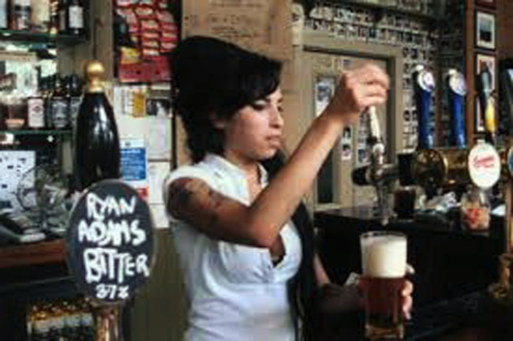 Amy costumava servir os clientes do Pub.