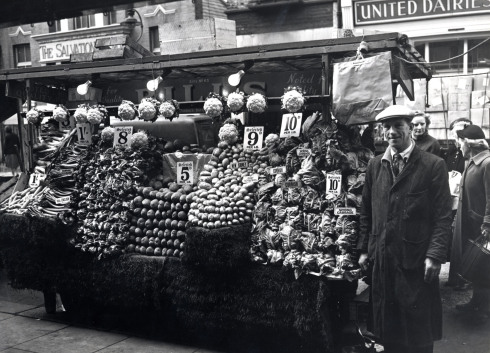 portobello-road-1958-mr-brooks-vegetable-stall-79449