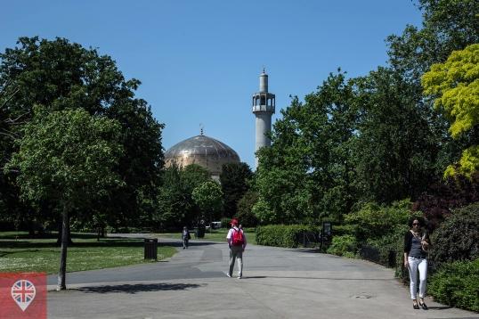 A mesquita não fica dentro do parque, mas do lado de fora do Outer Circle.
