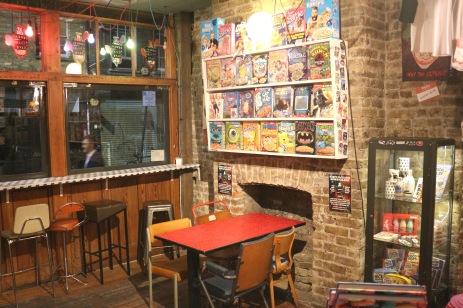 """O """"Cereal Killer"""" é um café diferente onde você pode escolher entre mais de 100 tipos de cereal, vários tipos de leite e também de ingredientes para adicionar ao seu sucrilhos! Fica na esquina da Brick Lane com Bacon Street e tem outra filial no Stables Market, em Camden Town. Foto http://www.cerealkillercafe.co.uk/"""