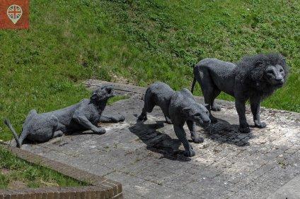 As eculturas espalhadas pela Torre são da artista Kendra Haste.