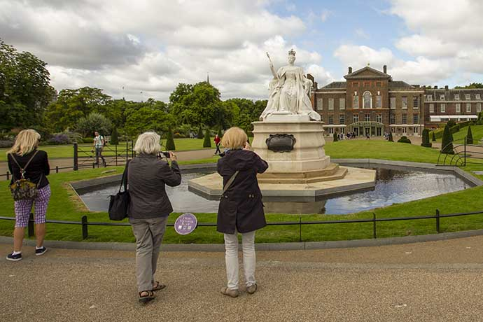 kensington-palace-victoria-statue