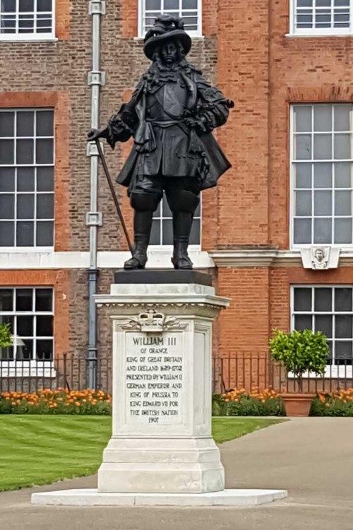 kensington-palace-william-iii-statue-close