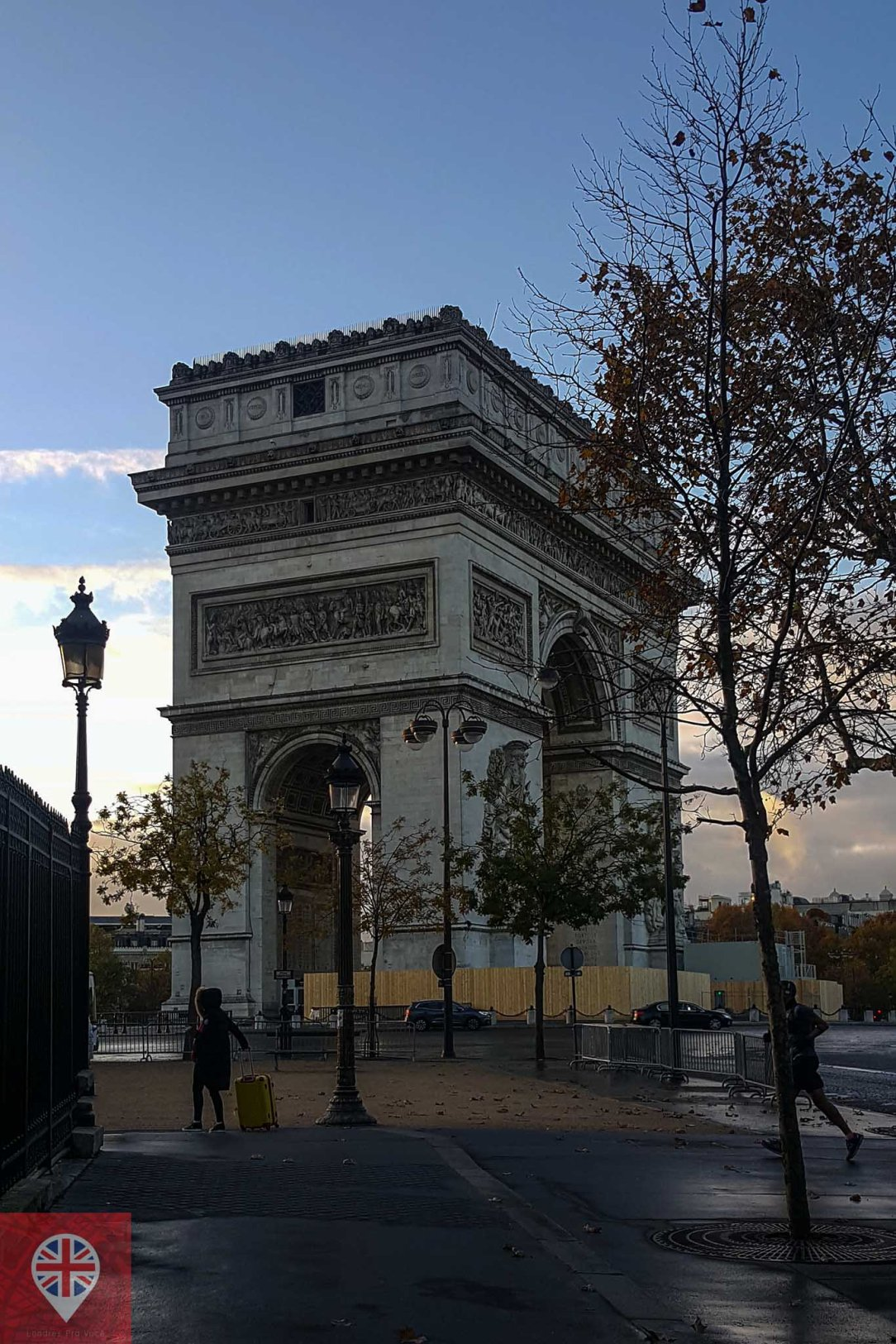 paris arc de triomphe morning