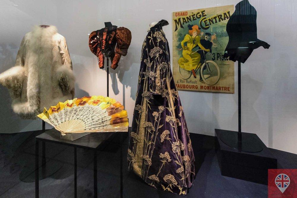 V&A fashion robe france