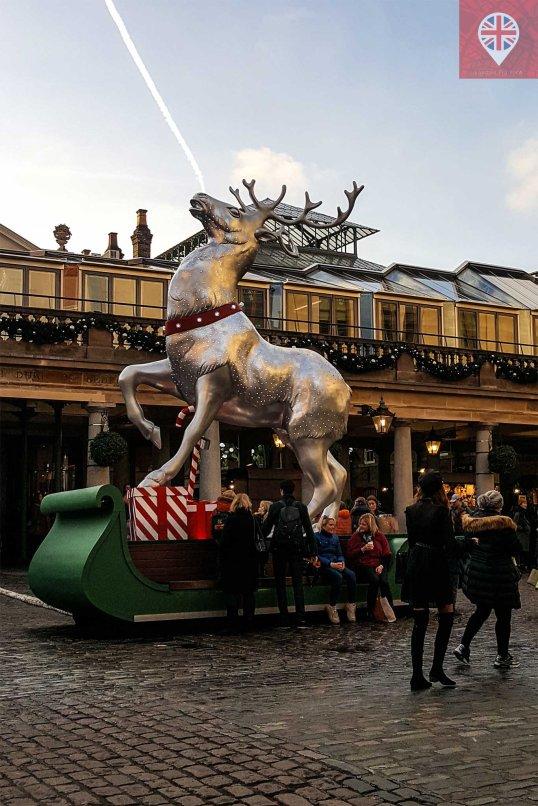 Sem falar na incrível rena gigante que também serve de banco pra descansar das compras e so passeio.