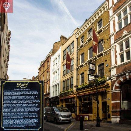 O Rules foi inaugurado em 1798. A plaquinha confirma que é o restaurante mais antigo de Londres.