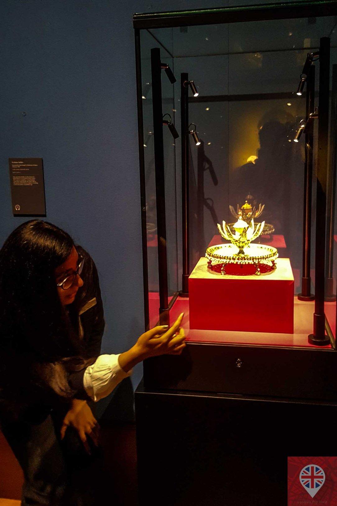 queens gallery splendorous curator perfume