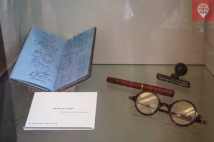 freud museum armario objetos pessoais oculos