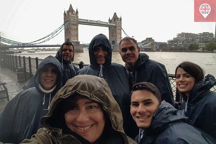 clientes na chuva tower bridge