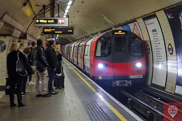 Metrô Londres faixa amarela