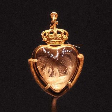 Dentro desse pingente, que Victoria usou desde o noivado, um chumaço de cabelo do Príncipe Albert