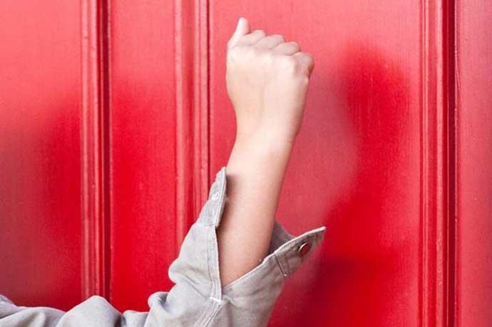 Child-knocking-a-door